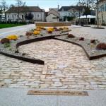les plaques incrustées dans le sol de la mairie de Puligny-Montrachet