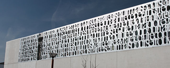 façade aluminium découpée au jet d'eau